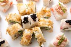Petits pains de sushi japonais, maki sur le fond blanc Images stock