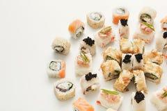 Petits pains de sushi japonais, maki sur le fond blanc Images libres de droits
