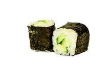 Petits pains de sushi japonais traditionnels avec le macro ou la fin de concombre  Photographie stock libre de droits