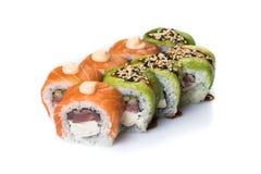 Petits pains de sushi réglés servis sur le blanc Photographie stock