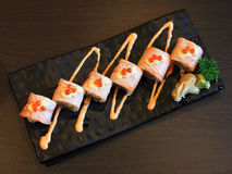 Petits pains de sushi saumonés avec de la sauce épicée Images libres de droits