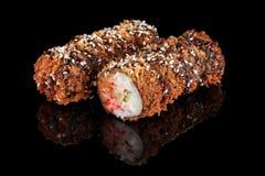 Petits pains de sushi sur le fond noir Photographie stock