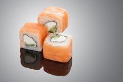 Petits pains de sushi sur le fond noir Images stock