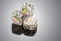 Petits pains de sushi sur le fond noir Photographie stock libre de droits