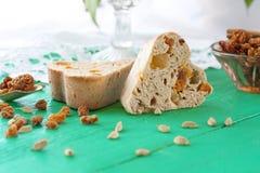 Petits pains de thé avec les fruits secs et le fruit glacé photo stock