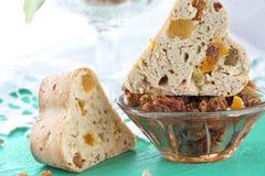 Petits pains de thé avec les fruits secs et le fruit glacé photographie stock libre de droits