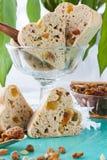 Petits pains de thé avec les fruits secs et le fruit glacé image libre de droits