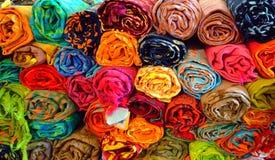 Petits pains de tissu d'affichage dans la boutique de tissu Fermez-vous vers le haut du tir, de plus de couleur et du tissu de mo Photo stock