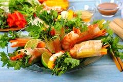 Petits pains de Vietnamien avec la crevette rose et les légumes enveloppés en papier de riz avec le fond d'ingrédients Image libre de droits