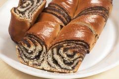 Petits pains doux à la maison avec des graines d'oeillette Photographie stock