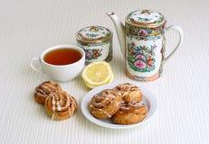Petits pains doux avec de la cannelle d'un plat Images libres de droits