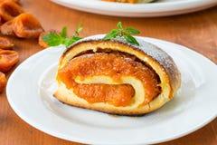 Petits pains doux avec des abricots Images libres de droits
