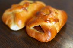 Petits pains doux avec les abricots secs sur la table Photographie stock