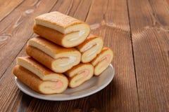 Petits pains doux de vue de côté sur la table en bois photo stock