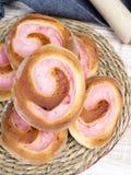 Petits pains doux faits maison avec de la crème de fraise Images stock