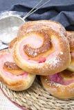 Petits pains doux faits maison avec de la crème de fraise Image libre de droits
