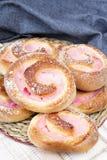 Petits pains doux faits maison avec de la crème de fraise Images libres de droits