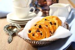 Petits pains doux gratuits de remous de gluten frais avec des raisins secs Photos stock