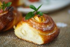 Petits pains doux tordus avec la pomme Photos stock