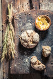 Petits pains et beurre frais et savoureux pour le petit déjeuner Photos libres de droits