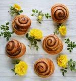 Petits pains et fleurs sur la table Photo libre de droits