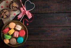 Petits pains et macarons servis Images stock