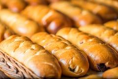 Petits pains et pâtisseries dans un panier photo stock