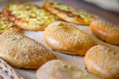 Petits pains et pâtisseries dans un panier photographie stock libre de droits