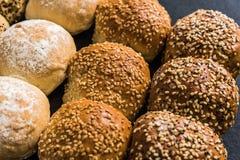 Petits pains et petits pains de boulangerie d'artisan Photo stock