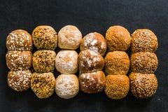 Petits pains et petits pains de boulangerie d'artisan Photographie stock