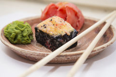 Petits pains et sushi traditionnels japonais de nourritures Photos stock