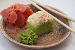 Petits pains et sushi traditionnels japonais de nourritures Photo libre de droits
