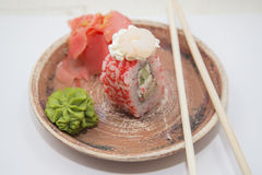 Petits pains et sushi traditionnels japonais de nourritures Photo stock