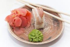 Petits pains et sushi traditionnels japonais de nourritures Photographie stock libre de droits