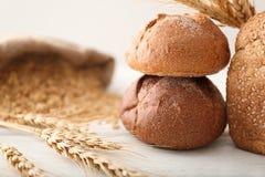 Petits pains et transitoires fraîchement cuits au four sur la table photos stock