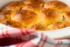 Petits pains faits avec la pâte à levure douce Photos stock