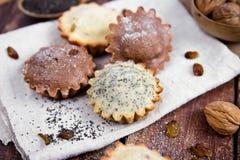 Petits pains faits maison avec des raisins secs et des écrous Image libre de droits
