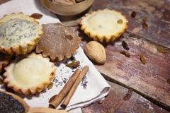 Petits pains faits maison avec des raisins secs et des écrous Photos libres de droits