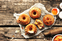 Petits pains faits maison avec du jambon et le fromage sur la vieille table en bois Photo stock