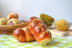 Petits pains faits maison avec la saucisse Image stock