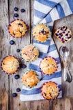 Petits pains faits maison avec la vue supérieure de myrtilles Photos libres de droits