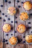 Petits pains faits maison avec la vue supérieure de myrtilles Image stock