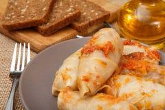 Petits pains faits maison délicieux de chou bourrés du riz et de la viande dans p Photo stock