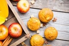 Petits pains faits maison d'atutumn avec le potiron, les pommes et les épices sur le fond rustique photo stock