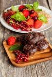 Petits pains faits maison de chocolat avec les fraises et les groseilles fraîches Photo libre de droits
