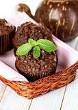 Petits pains faits maison de chocolat dans le support de papier de petit gâteau Photo stock