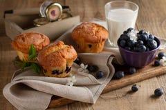 Petits pains faits maison de myrtille avec le verre de lait Photo stock