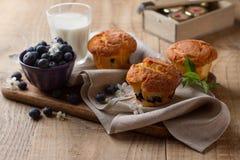 Petits pains faits maison de myrtille avec le verre de lait Photo libre de droits