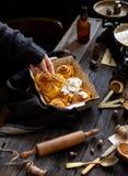 Petits pains faits maison de potiron de cannelle dans la moule image stock