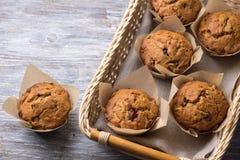 Petits pains faits maison de sarrasin avec les fruits secs sur un fond gris Photographie stock libre de droits